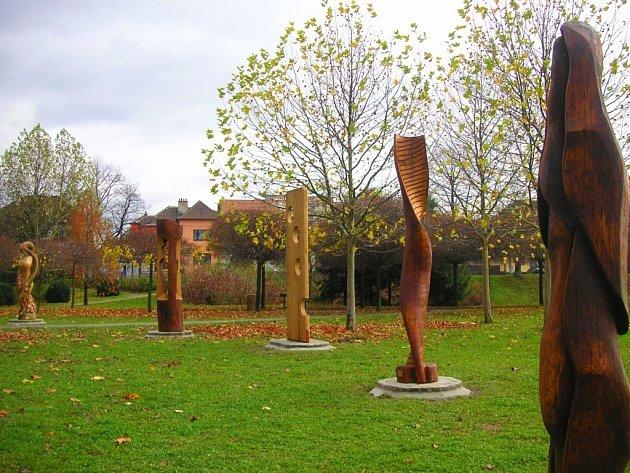 V parku před poliklinikou v Otrokovicích jsou už několik dní nové dřevěné sochy: Tajemství života, Veselá bakterie, Maasdammer, DNA a Tři grácie. Vyrobili je místní umělci.