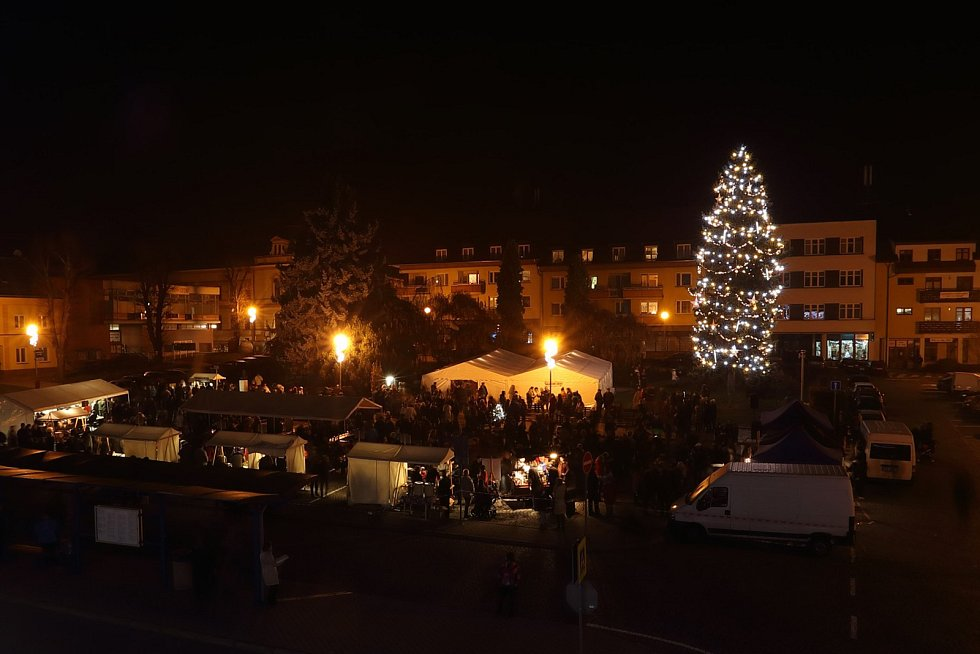Vítězný strom soutěže Deníku O nejkrásnější vánoční strom, 2017, stojí ve Fryštáku