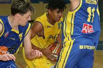 Zlínský basketbalista Daniel Gajdošík (s míčem) se probíjí pod koš