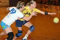 Zlínská Michaela Budayová (vpravo) se přetahuje o míč s Lenkou Flekovou.