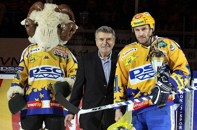 Hokejista Martin Hamrlík oslavil v pátek 8. října svůj jubilejní 800. zápas v České extralize.
