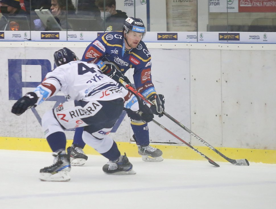 Extraligoví hokejisté Zlína (v modrém) v nedělním 49. kole vyzvali v moravském derby ostravské Vítkovice.