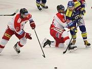 Čtvrtý zápas předkola: Berani Zlín (v modrém) proti HC Olomouc