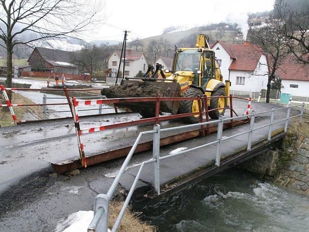 Původní most přes Uherský potok v Huslenkách nahradí zcela nový.