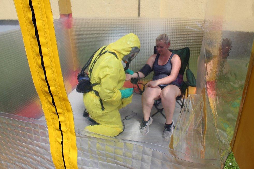 Záchranáři přijíždějí pro pacientku s virem Ebola a transportují do nemocnice Na Bulovce. Zde funguje jediné civilní pracoviště na superspecializované případy infekčních nemocí v České republice. V rámci konference Medicína katastrof si hasiči města Zlína