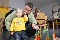 Jáchym s tatínkem (na fotu z roku 2011) navštěvují českou školu ve Frankfurtu od jejího založení.