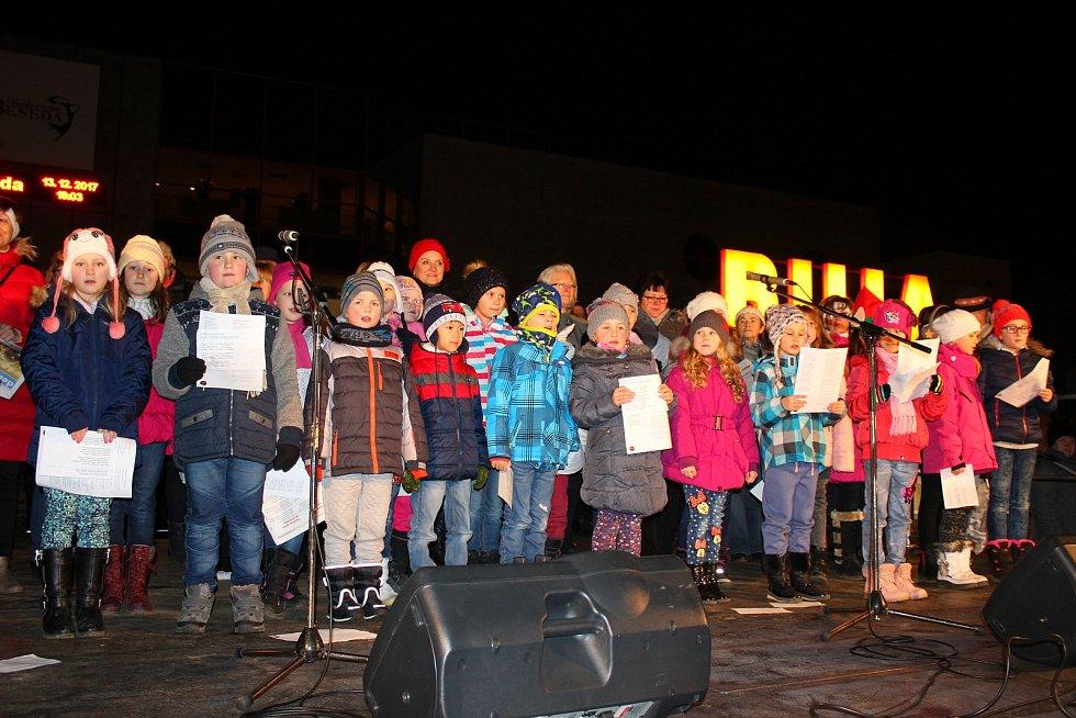 Česko zpívá koledy v Otrokovicích na náměstí ve středu 13. prosince 2017.