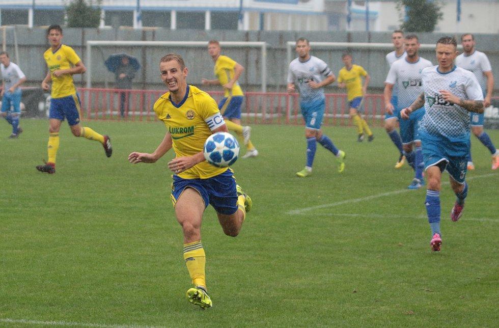 Fotbalisté Otrokovic (v bílých dresech) prohráli v 6. kole MSFL se zlínskou rezervou 0:4.