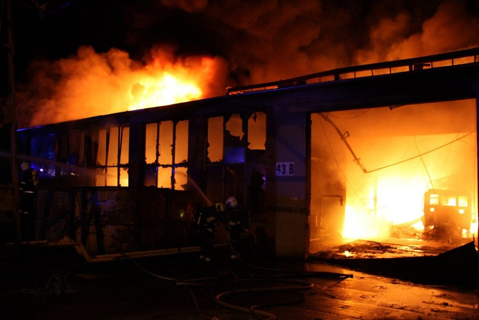 Rozsáhlý požár budovy v areálu Toma v Otrokovicích