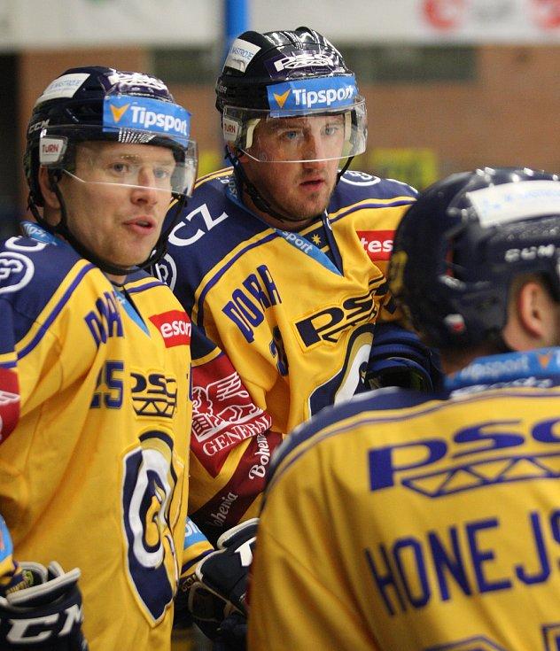 Extraligoví hokejisté PSG Berani Zlín (ve žlutém) v úterní předehrávce 11. kola podlehli pražské Spartě.  Na snímku Kubiš, Ondráček, Honejsek.