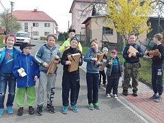 Klabači v Hrobicích při obchůzce vesnicí o Velkém pátku.