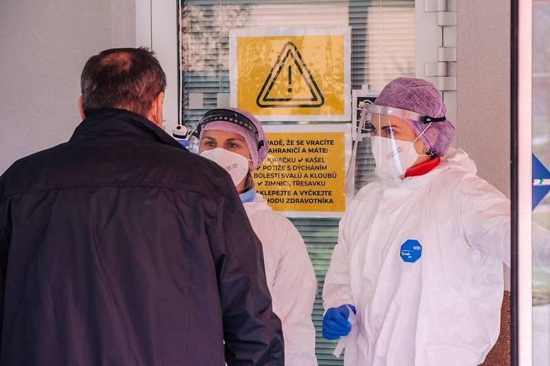 Třídění pacientů ve zlínské nemocnici pokračuje i v těchto dnech, aktuálně se už neprovádí u vjezdu do areálu, ale přímo ve vstupech do jednotlivých budov.