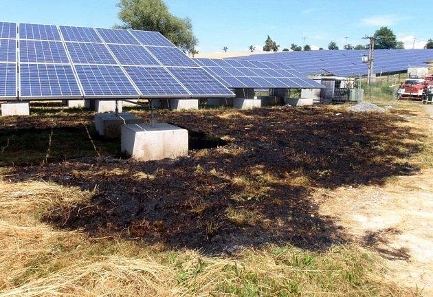 Následky požáru v solární elektrárně ve Valašských Příkazích
