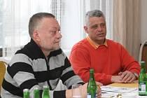 Kroužek divadelních ochotníků (KDO) ve Hvozdné na Zlínsku slaví sto let existence. Na snímku vlevo Dušan Sitek a Gustav Peterka.