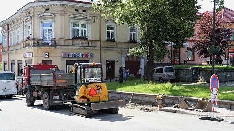 Na ulici 2. května probíhá rekonstrukce autobusové zastávky. Bude bezbariérová.