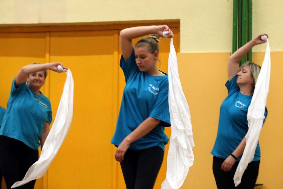 Cvičenky nacvičují na sletové skladby Sokolovna v Malenovicích  skladba Cesta –ženy , ved. paní Plachá