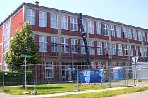 ŠKOLA. Budova gymnázia je už obehnaná lešením. Okna vymění dělníci do 23. srpna.