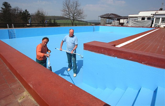 Natírání venkovního bazénu ve Zlíně-Kostelci.