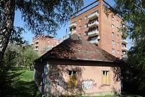 K demolici. Zchátralý objekt u Věžových domů nechá radnice zbourat do konce června.
