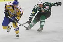 Extraligoví hokejisté Zlína (ve žlutém) přivítali v přípravném zápase na nadcházející sezonu slovenskou Skalici.