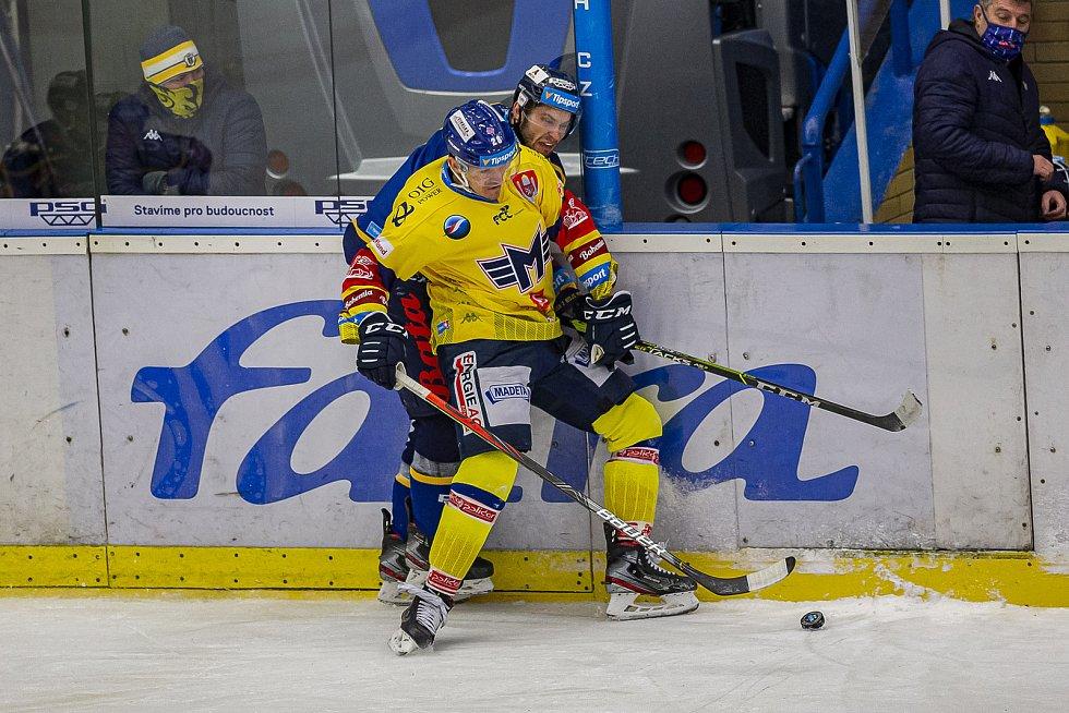 Extraligoví hokejisté Zlína (v modrém) v pátek ve 21. kole hostili nováčka z Českých Budějovic.