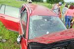 Volkswagen havaroval přes střechu nedaleko dálničního nájezdu