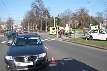 Po nehodě tří vozidel skončilo v péči záchranářů osm osob