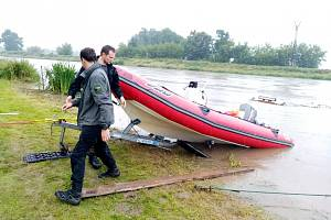 Nácvik vyproštění člunu z vody v obtížných podmínkách, povedlo se.