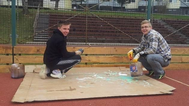 Multifunkční hřiště ve Valašských Kloboukách si žáci opravují svépomocí.