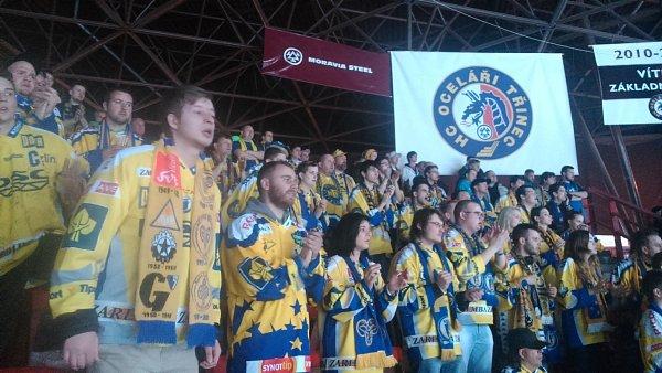 Fanoušci zlínských beranů na stadionu vTřinci na prvním semifinálovém zápase.