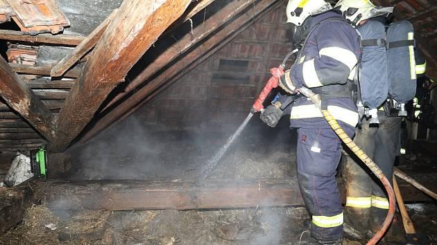 Při požáru rodinného domu se uživatel nadýchal zplodin hoření.