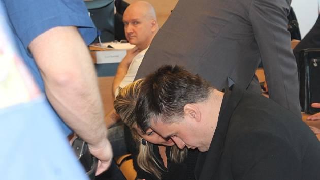 Tomáš Křepela (v popředí) a Rudolf Fian u zlínského soudu 10. března. Ilustrační foto.