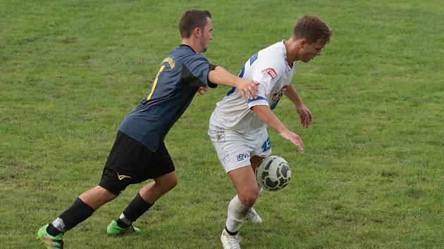 Fotbalisté Malenovic (v bílých dresech) prohráli v 5. kole I. B třídy skupiny B s Admirou Hulín 1:3.