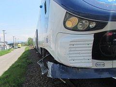 Náraz vlaku odhodil osobní vozidlo mimo přejezd.