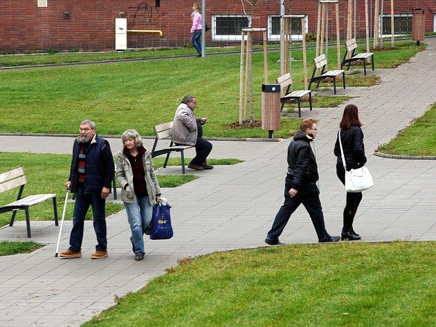 Opravené chodníky před poliklinikou ve Zlíně.