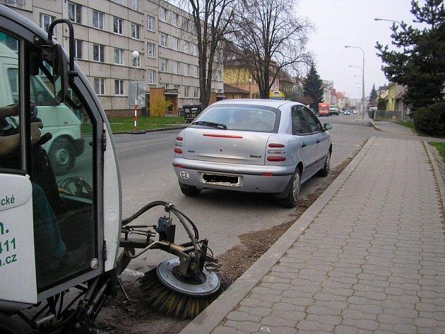 PŘEKÁŽEJÍ. Špatně parkující řidiči brání Technickým službám provádět čištění ulic. Za to jim hrozí vysoké pokuty.