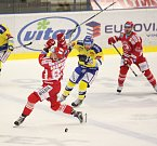 Hokejisté Aukro Berani Zlín (ve žlutém) proti Ocelářům z Třince