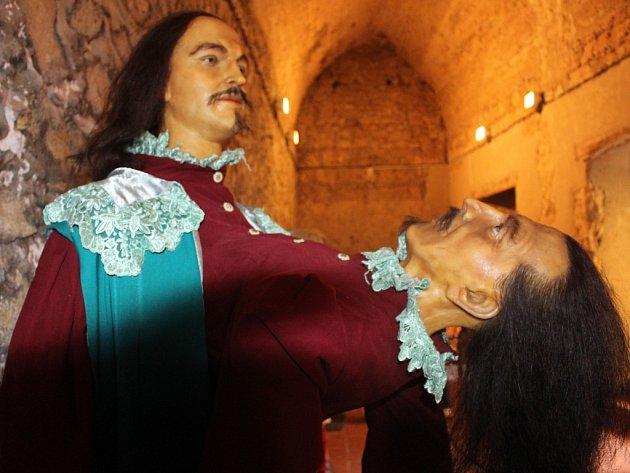 Sklepní prostory malenovického hradu zaplnily katastrofy lidského těla