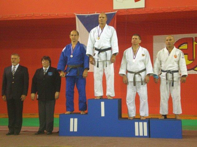 Jiří Král (uprostřed) se na evropském šampionátu radoval ze zisku zlata.