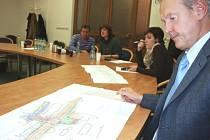 Náměstek zlínské primátorky Miroslav Šenkýř ukazuje na výkresu zobrazujícím budoucí křižovatku ulic Antonínova a třídy Tomáše Bati