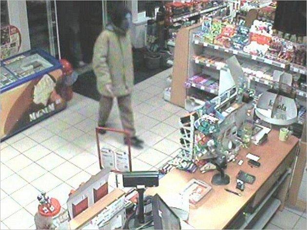 Benzínku v Otrokovicích přepadli v pondělí 14. listopadu dva maskovaní lupiči. Policie hledá svědky, kteří by pomohli k jejich dopadení.