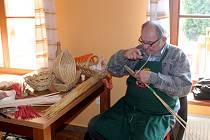 Desítky ručně pletených výrobků vystavili umělci v Ostratě
