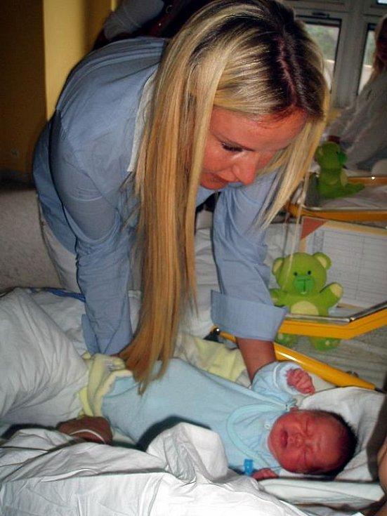 Překvapivou návštěvu měly maminky na novorozeneckém oddělení zlínské Baťovy nemocnice. Hračky pro miminka a nové přístroje za tři sta tisíc korun tam přivezla prezidentka Nadace Kapka naděje Vendula Svobodová.