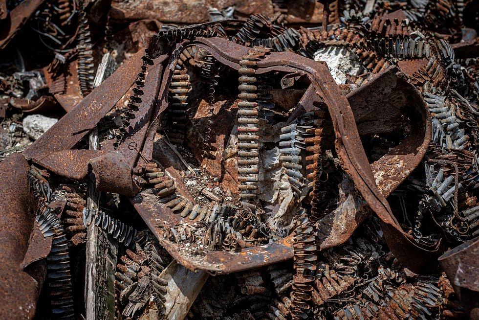 Zbytky zrezlé munice po výbuchu ve Vrběticích, 3. května 2021. Ve Vrběticích v roce 2014 explodoval muniční sklad. Po sedmi letech vyšlo najevo podezření na zapojení ruské tajné služby (GRU a SVR) do výbuchu.