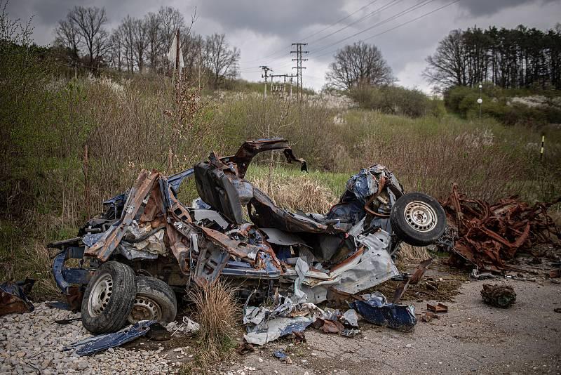 Výbuchem zdemolované auto, 3. května 2021 ve Vrběticích. Ve Vrběticích v roce 2014 explodoval muniční sklad. Po sedmi letech vyšlo najevo podezření na zapojení ruské tajné služby (GRU a SVR) do výbuchu.