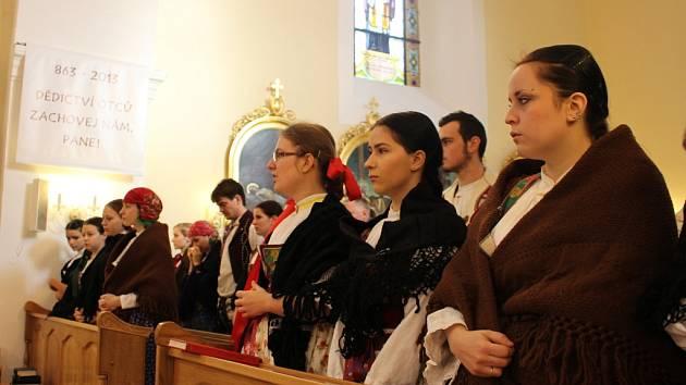 V římskokatolickém kostele v Pozlovicích se v sobotu 30. listopadu konalo poslední rozloučení s Věrou Haluzovou, která byla mimo jiné oblíbenou kantorkou a věnovala se práci s dětmi a mládeží.