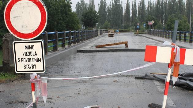Most přes řeknu Dřevnici v Otrokovicích. Ilustrační foto