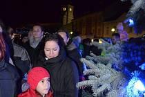 Také náměstí Dr. Beneše v Holešově zdobí od soboty 28.11. letošní vánoční strom: světelnou výzdobu má navíc i tamní fontána.