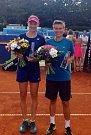 VÍTĚZKY. Dosáhnout až na vrchol tenisového turnaje Advantage Cars Prague Open hvozdenské hráčce Renatě Voráčové (vlevo) pomohla nizozemská spoluhráčka Demi Schuursová.