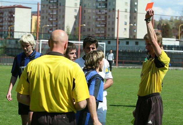 Petr Švach dostává červenou kartu.